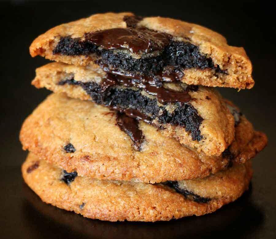 עוגיות שוקולד צ'יפ טבעוניות במילוי בראוניז