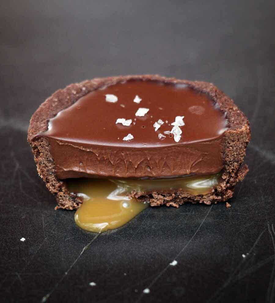 טארטלט שוקולד וקרמל מלוח טבעוני