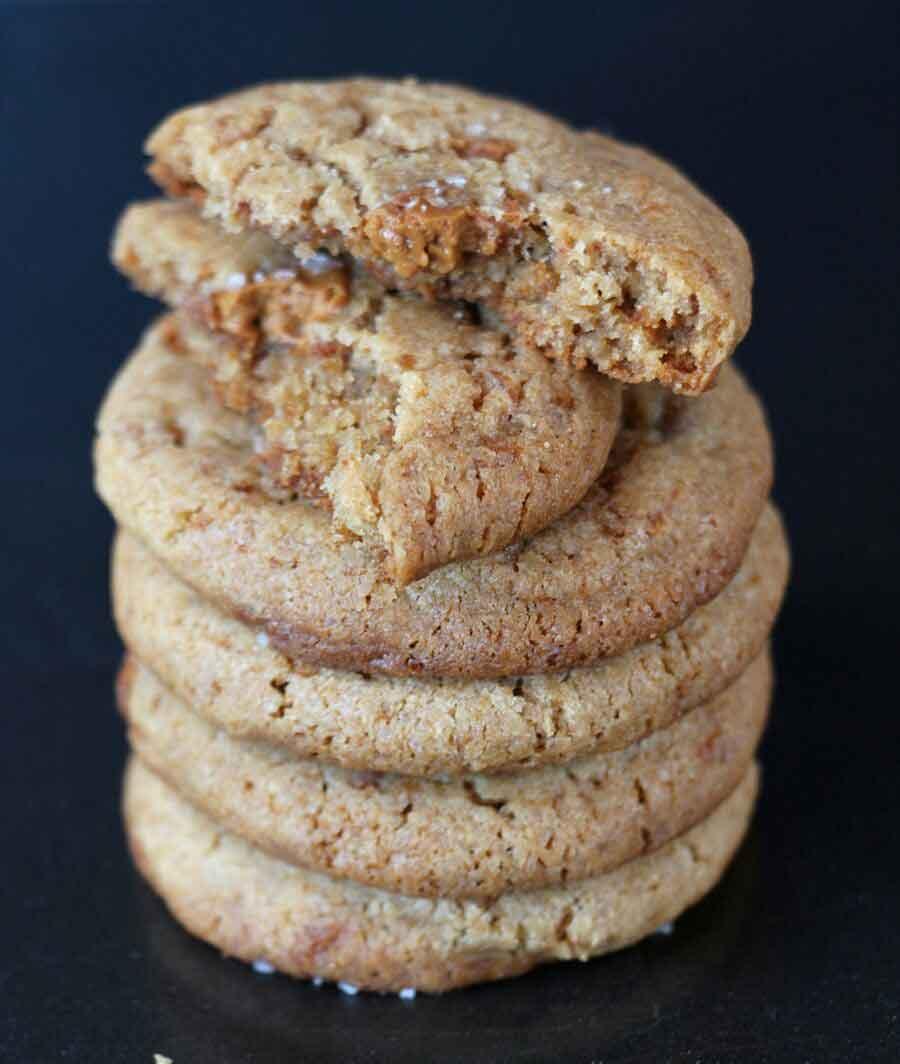 עוגיות שוקולד לבן מקורמל פריכות