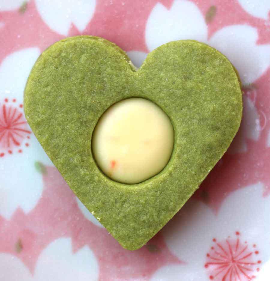 לבבות מאצ'ה במילוי קרם שוקולד לבן וקלמנטינה