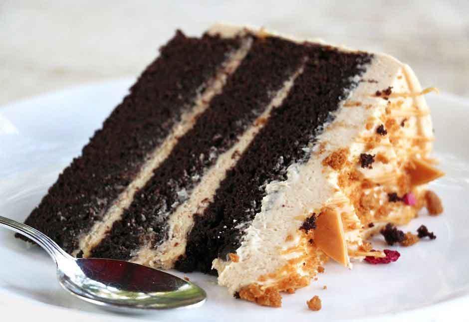 עוגת שכבות שוקולד וקפה עם גנאש שוקולד לבן מקורמל מוקצף ופירורי לוטוס
