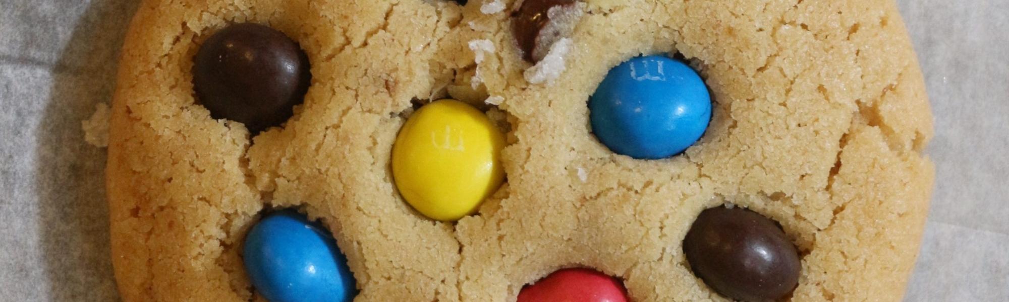 עוגיות שוקולד צ'יפ חמאה חומה וקריספי M&M`s