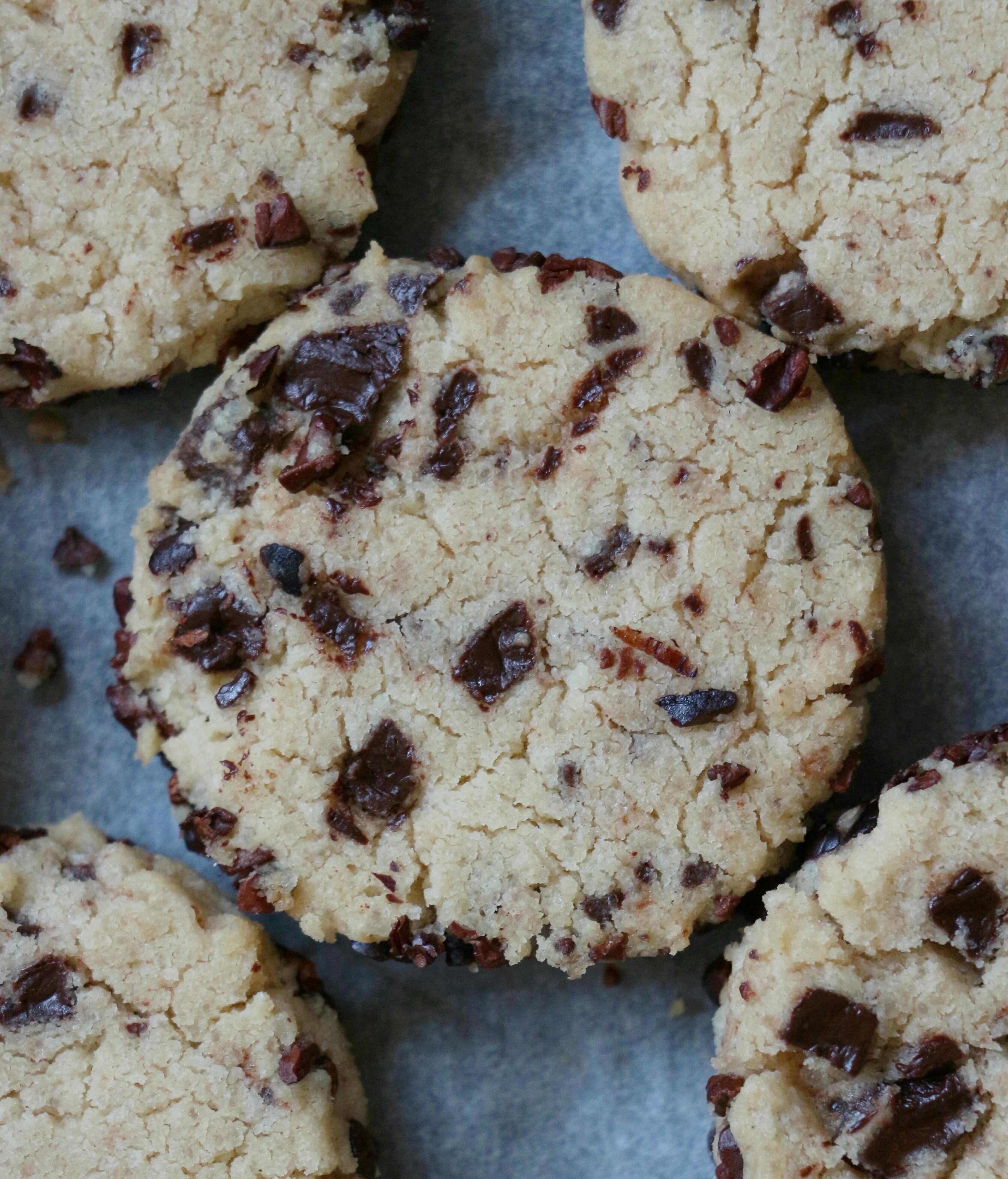 עוגיות טחינה ושברי שוקולד
